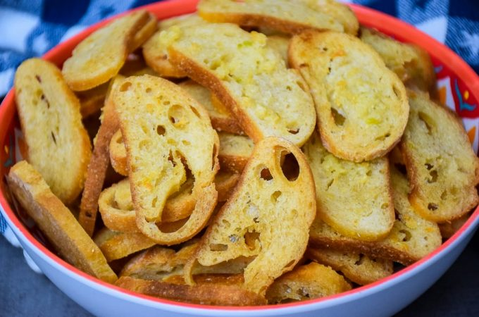 Buttery Garlic Bread Chips #garlic #butter #bread #chips #homemade