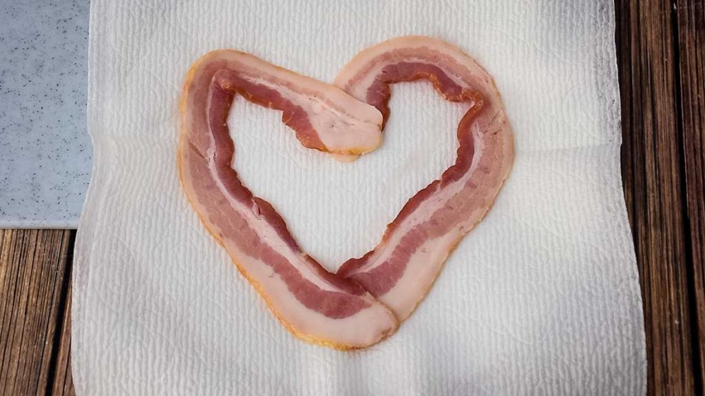 How to cook bacon into a heart shape using the microwave